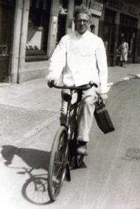Op zijn fiets ging bakker Putto langs zijn klanten