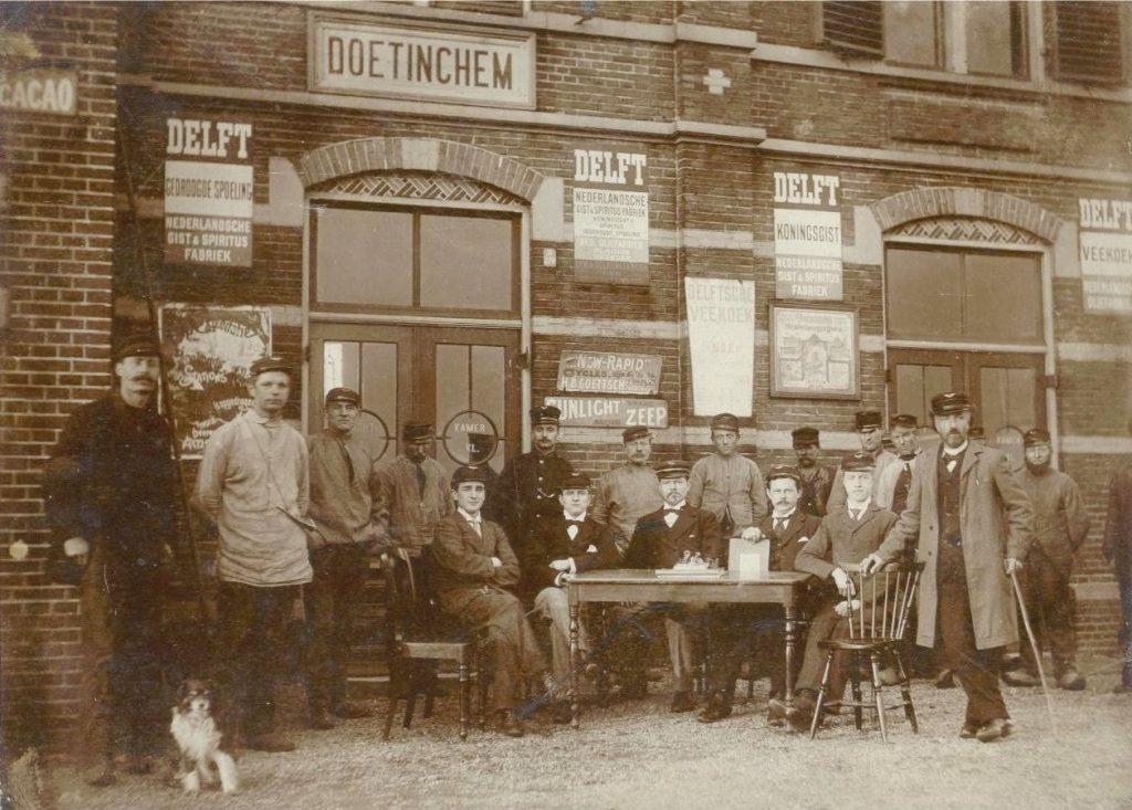 Het voltallige personeel van station Doetinchem, begin 20e eeuw (col. Spoorwegmuseum)